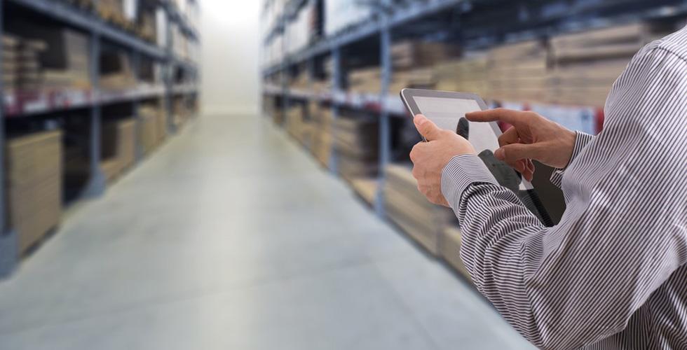 Homem com tablet na mão verifica a baixa rentabilidade dentro de um estoque de empresa