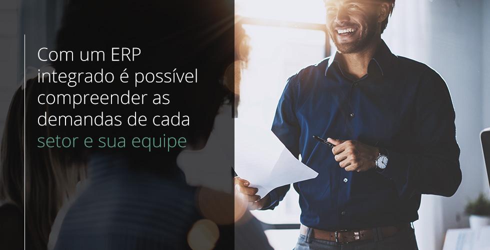 homem jovem segura folha de papel na mão direita, conversa com sua equipe de trabalho e apresenta as vantagens de um ERP integrado
