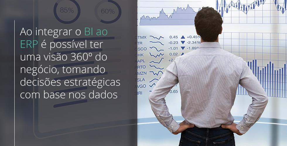 homem de camisa branca põe as mãos na cintura e olha tela com gráficos observando como o BI é um módulo estratégico do ERP
