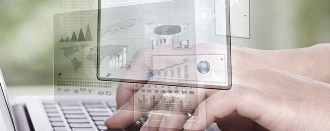 Empreendedor pesquisando como implantar ERP na sua empresa.