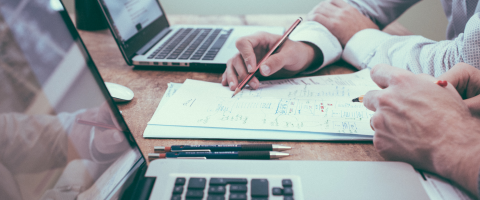 Empreendedores analisando os problemas que um ERP pode resolver.