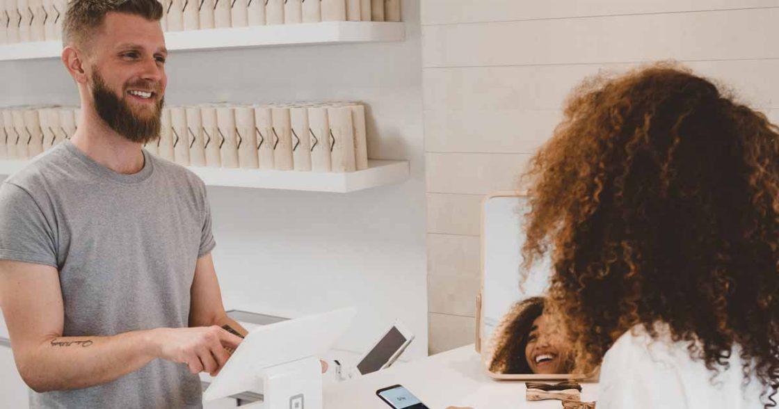 Empreendedores conversando sobre aumentar as vendas com um ERP.