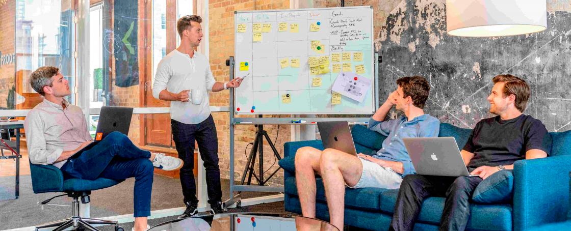 Empreendedores discutindo sobre o ciclo de vida do CSW,