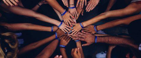Equipe unida para melhorar o clima organizacional.